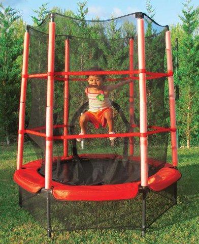 Trampoline with safety enclosure - Equipada con protecciones